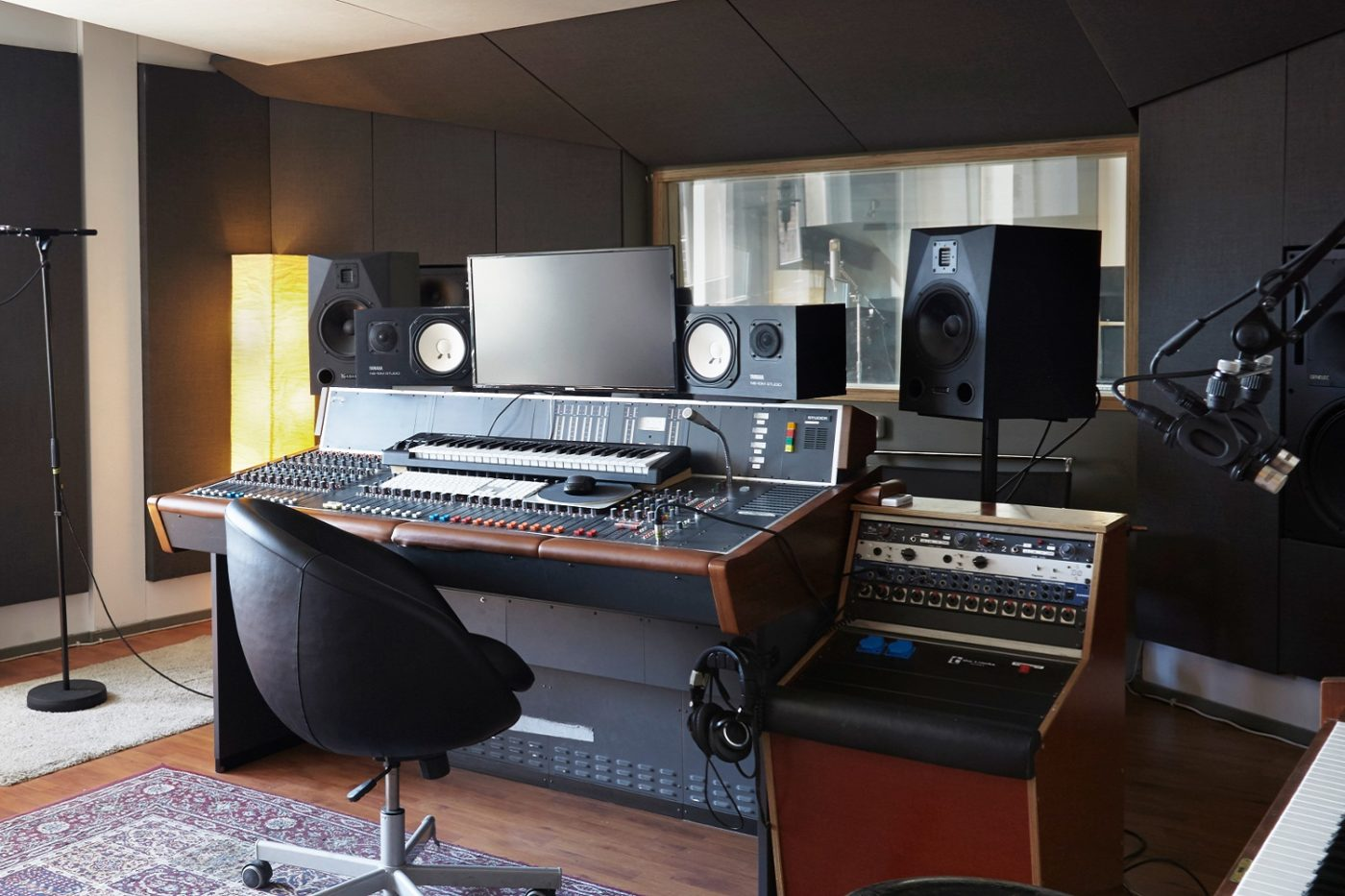 adam audio german hit producers beatgees rely on adam speakers. Black Bedroom Furniture Sets. Home Design Ideas
